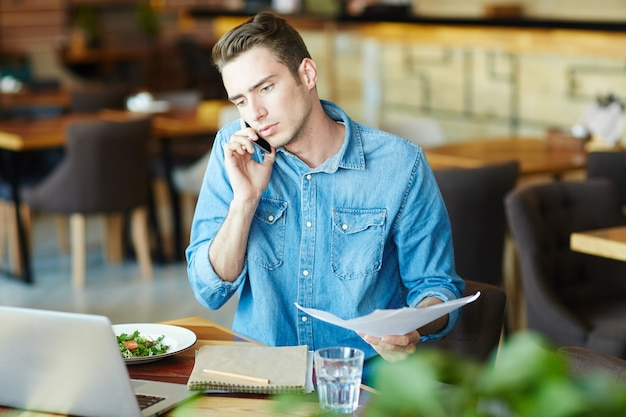 Trabalhando no almoço Foto gratuita