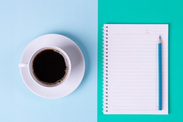 Trabalhando no conceito de escritório. café preto e caderno com o lápis no fundo da tabela no escritório. Foto Premium