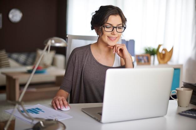 Trabalhar em casa permite-me um trabalho flexível Foto gratuita