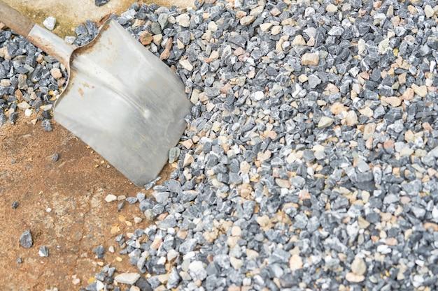 Trabalhe com pá na pedra para o material de construção no conceito de construção de casa Foto Premium