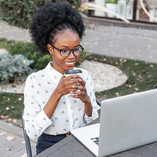 Trabalho ao ar livre da mulher no laptop Foto gratuita
