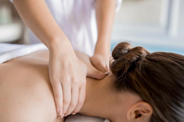 Trabalho de massagista Foto gratuita