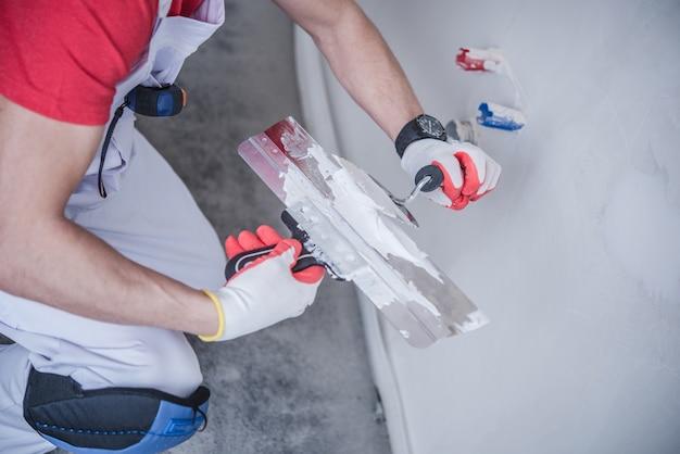 Trabalho de patchwall de drywall Foto gratuita