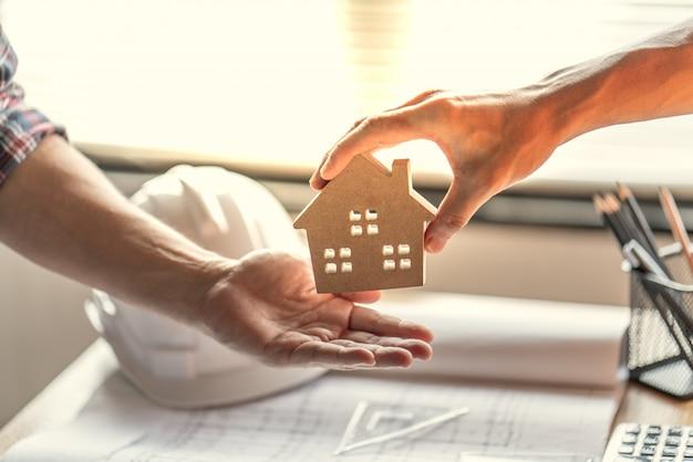 Trabalho de sucesso de agente imobiliário para tranfer terminou o projeto de construção para o comprador home Foto Premium