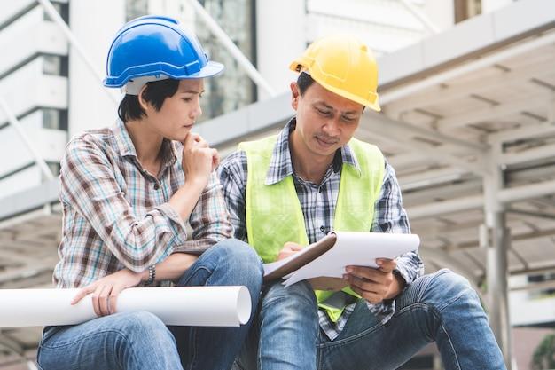 Trabalho de trabalho em equipe de construtor de construção. Foto Premium
