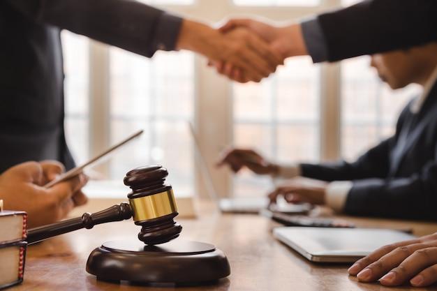 Trabalho em equipe de advogado de negócios, apertando as mãos, reunião após grande reunião sobre legislação legal no tribunal. Foto Premium