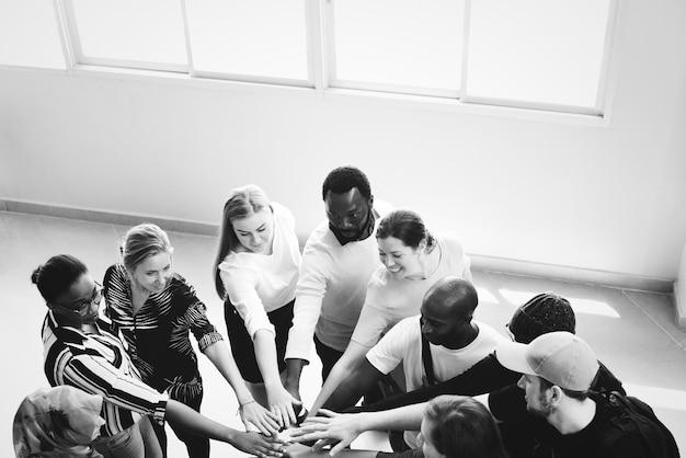 Trabalho em equipe de diversidade com as mãos unidas Foto gratuita