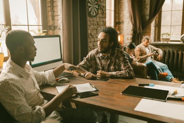 Trabalho em equipe de freelancers no escritório de estilo loft Foto Premium
