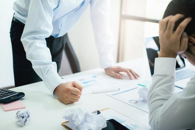 Trabalho em equipe de negócios culpando o parceiro e discussão séria. Foto Premium