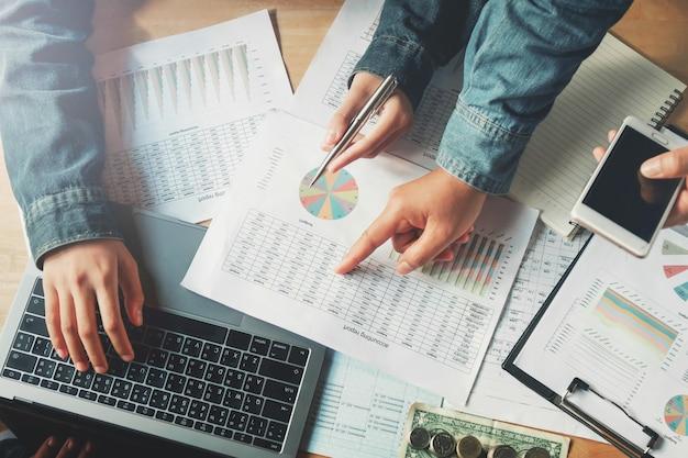 Trabalho em equipe de negócios, verificando o relatório de contabilidade no escritório Foto Premium