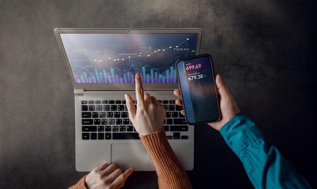 Trabalho em equipe de pequenas empresas trabalhando juntos no laptop. análise de dados do mercado de ações exibida na tela do computador Foto Premium