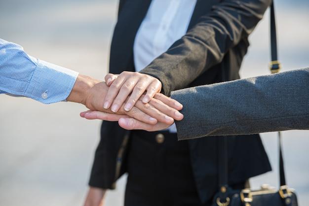 Trabalho em equipe de pessoas de negócios, empilhando as mãos juntas. Foto Premium