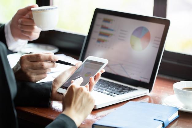 Trabalho em equipe. homem negócios, e, executiva, sentando tabela, em, loja café, e, discutir, busine Foto Premium
