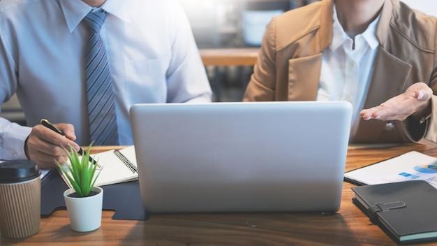 Trabalho em equipe startup project planning fazendo uma grande equipe de discussão meeting working together Foto Premium