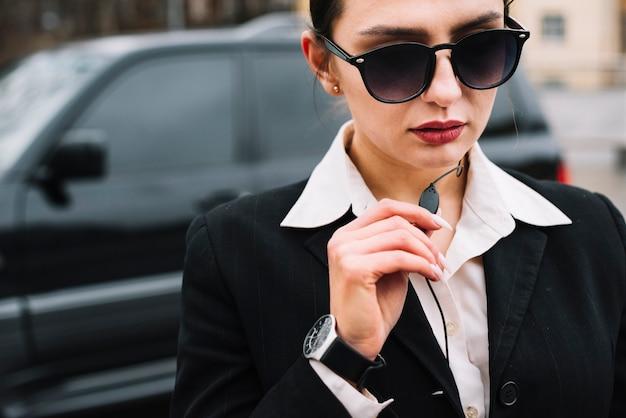 Trabalho feminino de segurança close-up Foto gratuita