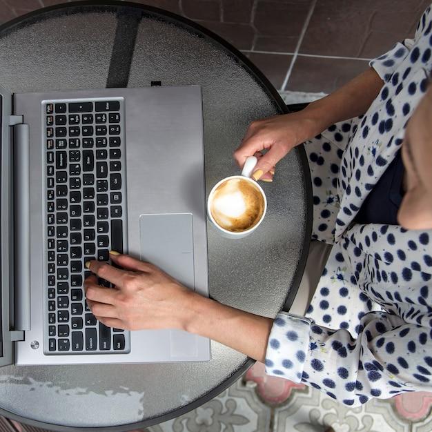 Trabalho freelance e distante de cafés e outros Foto Premium