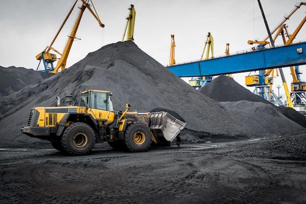 Trabalho no terminal portuário de manuseio de carvão. Foto Premium