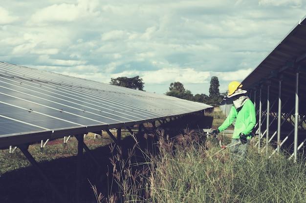 Trabalho trabalhando na limpeza de usina de energia solar Foto Premium