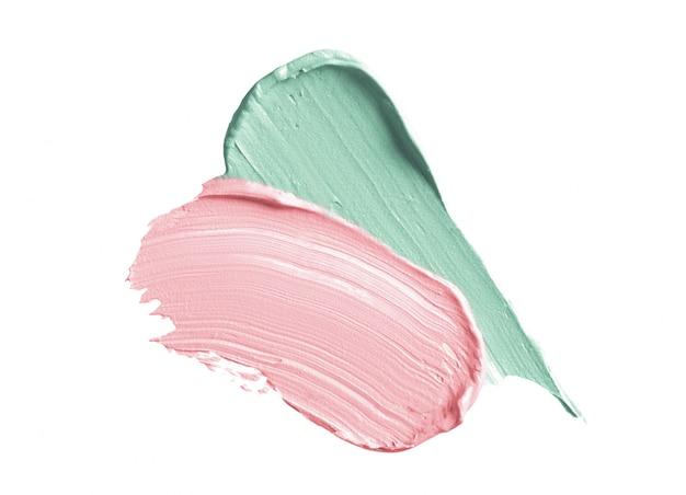 Traços de corretor de cor verde e rosa isolados no branco Foto Premium