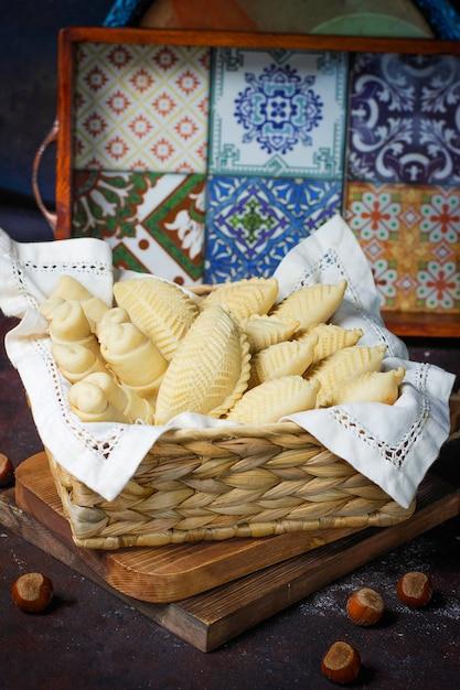 Tradicional azerbaijão feriado novruz cookies baklava em chapa branca Foto gratuita