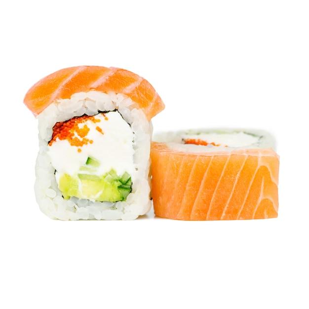 Tradicional, fresco, japonês, rolo, com, salmão, nori, filadélfia, tobico, abacate, e, pepino Foto Premium