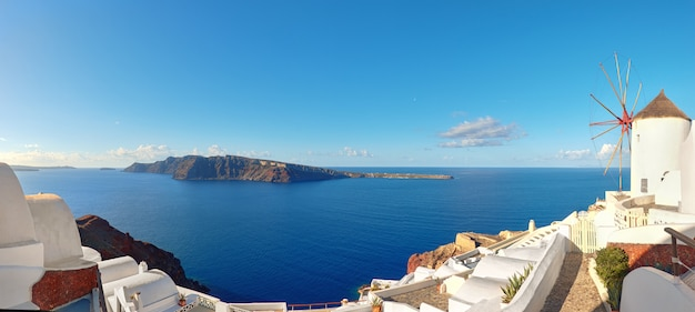 Tradicional, moinho de vento, e, apartamentos, em, oia, vila, ilha santorini, grécia Foto Premium