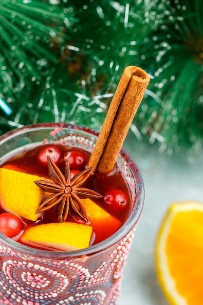 Tradicional, natal, mulled, vinho tinto, com, temperos, (canela, anis estrelado, cardamomo), e, frutas, (citrus, cranberry, apples) Foto Premium