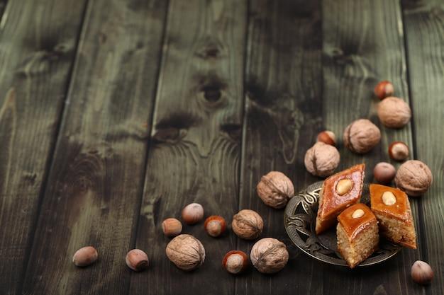 Tradicional pakhlava caucasiano com nozes ao redor Foto gratuita