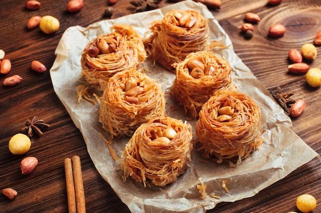 Tradicional turca sobremesa baklava ninho com amendoim Foto Premium
