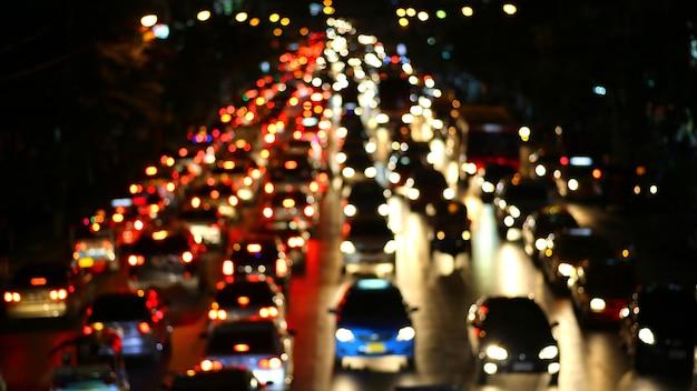 Tráfego de noite. as luzes da cidade. borrão de movimento. Foto Premium
