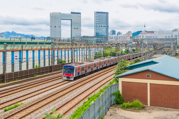 Tráfego de trem do metrô de seul na cidade de seul, coreia do sul Foto Premium