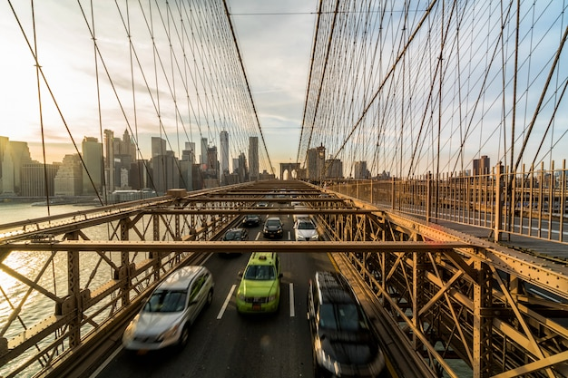 Tráfego, em, hora do rush, após, dia dia, ligado, a, ponte brooklyn, sobre, nova iorque, cityscape, fundo Foto Premium