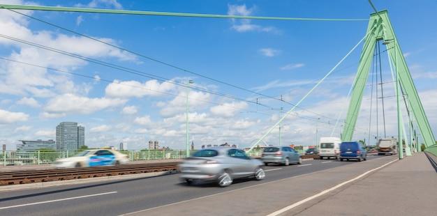 Tráfego turva na ponte Foto Premium