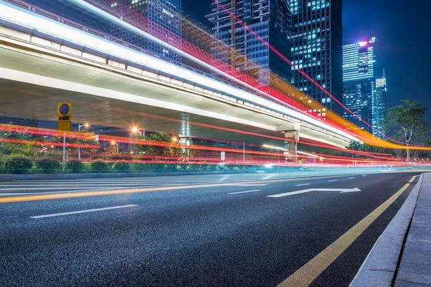 Tráfego urbano com paisagem urbana Foto gratuita