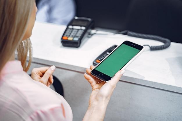 Transação de pagamento com smartphone Foto gratuita