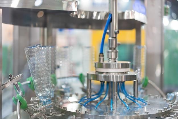 Transferência de garrafas de água transparente no sistema de correia transportadora. Foto Premium