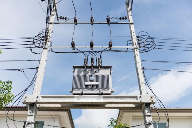 Transformador na alta estação de energia. alta voltagem Foto Premium