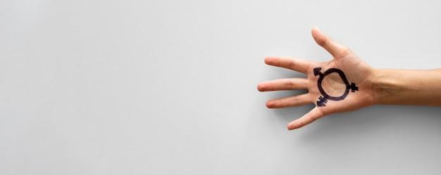 Transgêneros de cópia-espaço assinar na mão Foto gratuita