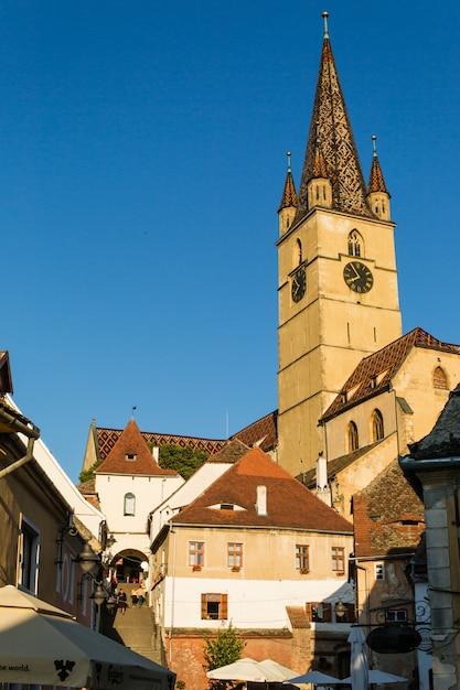Transilvânia. igreja luterana, construída na praça huet, vista das ruas da cidade medieval da cidade baixa Foto Premium