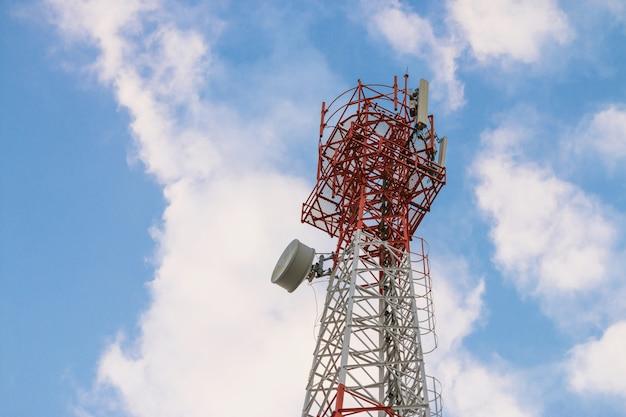 Transmissor de antena de comunicação sem fio. torre da telecomunicação com as antenas no fundo do céu azul. Foto Premium