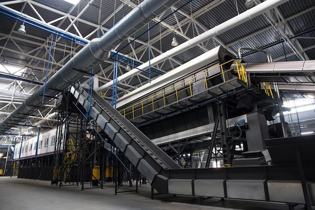 Transportador central da central de triagem de resíduos. Foto Premium