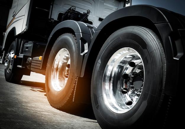 Transporte de caminhão, close-up rodas de caminhão de semi caminhão. Foto Premium