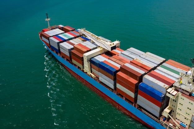 Transporte de carga logística de negócios de contêineres importação e importação de navegação internacional no mar Foto Premium