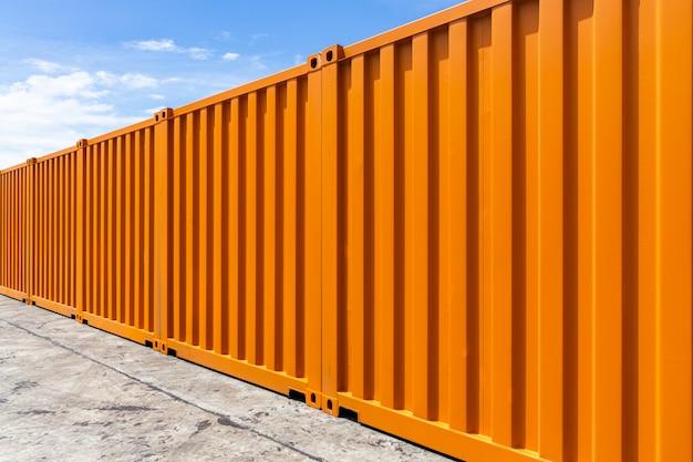 Transporte de contêineres de carga laranja Foto Premium