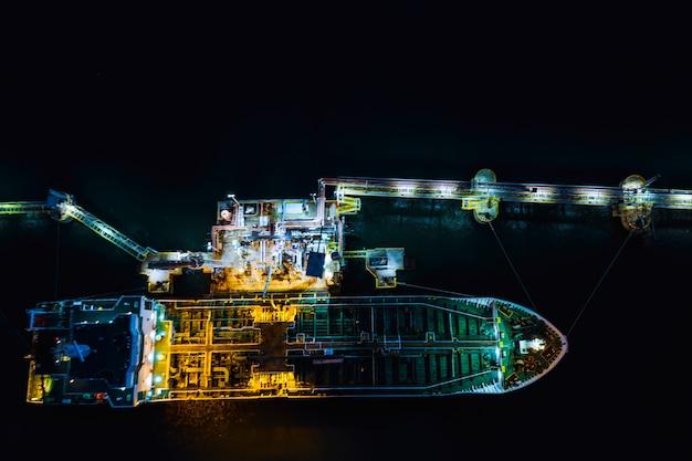 Transporte de petroleiro carregamento de óleo em importação de estação de petróleo e logística de exportação negócio de transporte Foto Premium