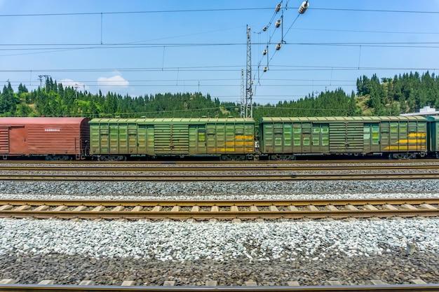 Transporte ferroviário aço país enferrujado quente Foto gratuita