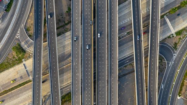 Transporte, junção cidade, estrada, com, car, ligado, interseção, cruze estrada, tiro, por, zangão Foto Premium