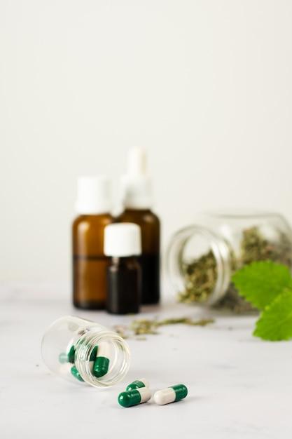 Tratamento médico de close-up com ervas em cima da mesa Foto gratuita