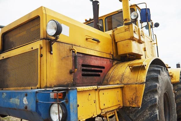 Trator de carregadeira de construção pesada na área de construção. Foto gratuita