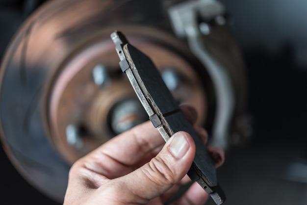 Travão de disco e pastilhas de freio de amianto na garagem do carro Foto Premium